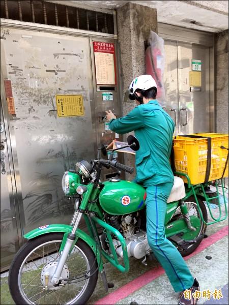 交通部擬藉由郵差主動關懷獨居老人,建立中華郵政長照網,卻引發恐增加郵差工時等疑慮。 (記者蕭玗欣攝)