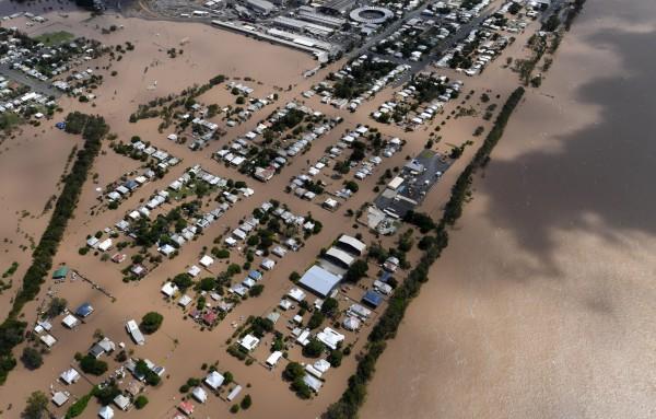 熱帶氣旋黛比今(6)日侵襲紐西蘭,引發了豐盛灣華卡塔尼區500年來最大的洪患,當地城鎮因為發生潰堤,洪水直接淹沒了當地約600棟房屋。(路透)