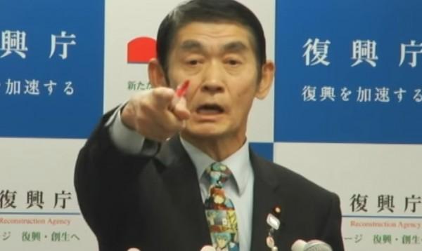 主管日本福島核災災後復原的復興大臣今村雅弘,在記者會上不滿記者持續追問政府是否該負責,怒斥記者滾出去。但網友的焦點集中在今村雅弘的領帶。(圖擷自YouTube)
