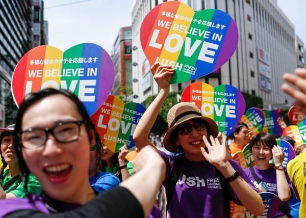 大阪一對男性同志伴侶成功領養一名小孩,成為全日本首例。圖為日本2016年5月時位於東京的同志大遊行。(歐新社)