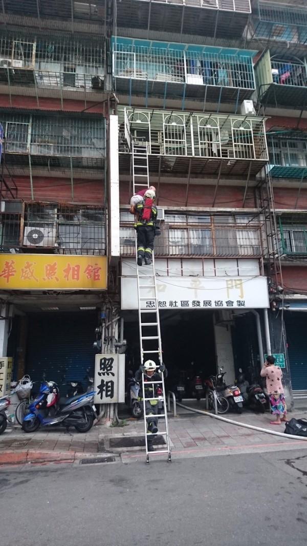 中華路二段一棟公寓今日清晨發生火警。(記者劉慶侯翻攝)