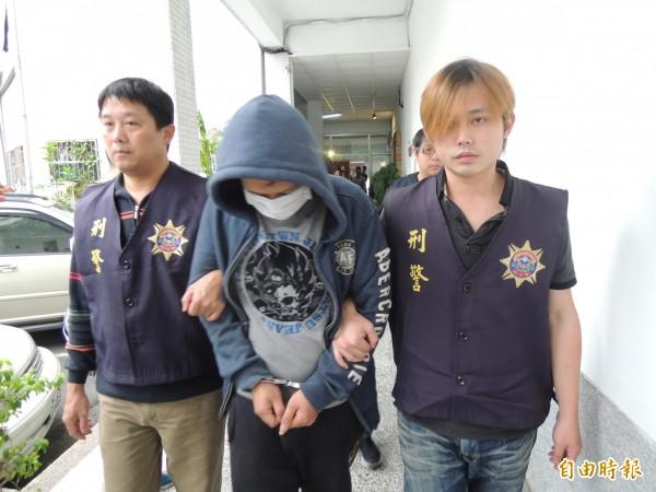 警方將陳姓男子(中)移送宜蘭地檢署偵辦。(記者江志雄攝)