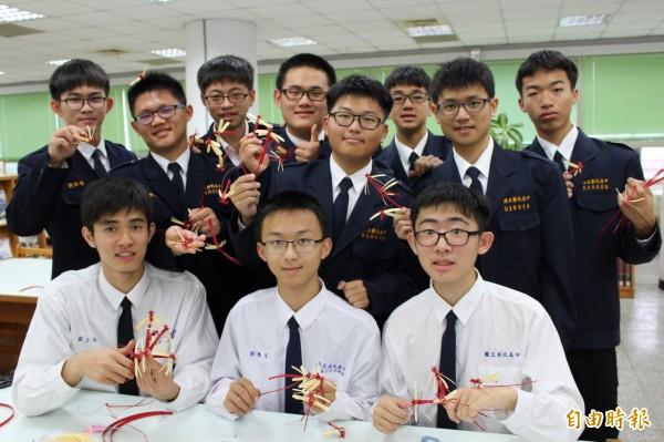 彰中學生親手摺200隻紅蜻蜓,將送給拜訪的日本人士當見面禮,以行動推展國民外交。(記者張聰秋攝)