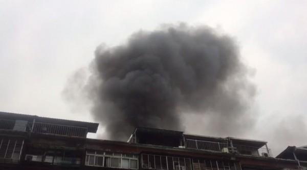 台北市中華路二段一棟舊公寓發生火警。(記者劉慶侯翻攝)