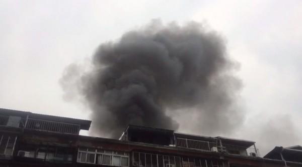 中華路二段一棟公寓今日清晨發生火警,現場一度濃煙密布。(記者劉慶侯翻攝)