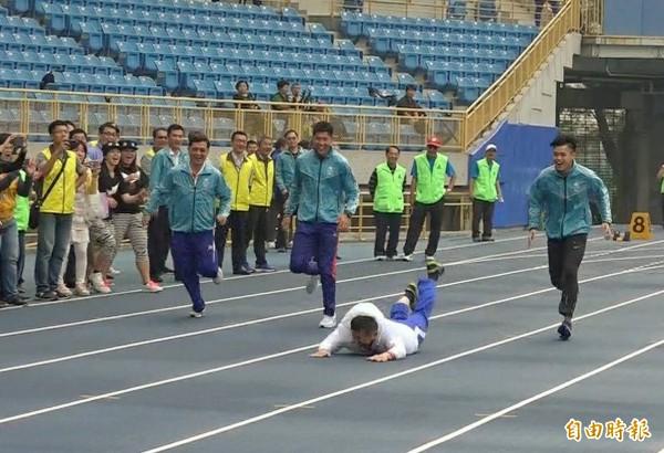 柯文哲受訪表示,他沒有受傷,「代表跑道品質好很有彈性」。(記者方賓照攝)