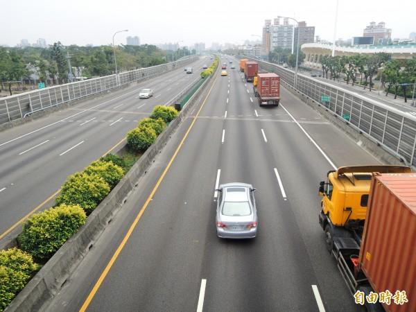 高雄市府認為左營區空污來自高速公路塞車。(記者黃旭磊攝)