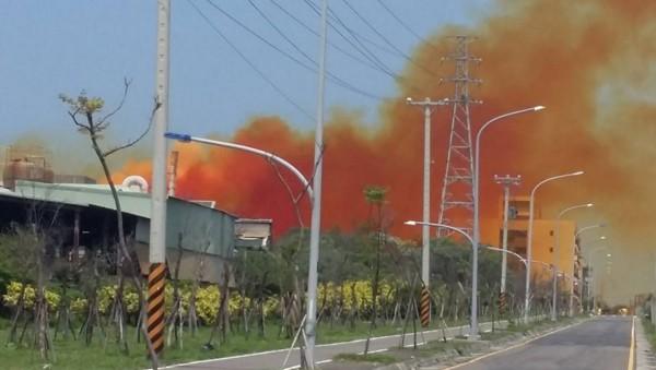 桃園觀音工業區某間工廠排放不明橘黃色濃煙,讓在地居民擔憂不已。(圖擷自爆料公社)