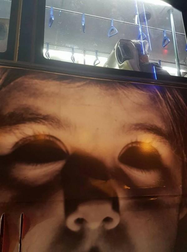 民眾在台北市中華路上等紅燈時,驚見公車張貼的廣告超嚇人!(圖擷取自「爆料公社」臉書粉專)