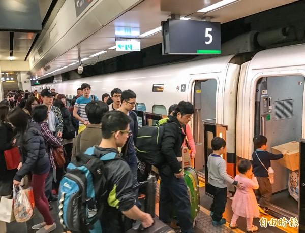 高鐵在清明連假期間傳出因人多導致乘客發生口角,不過有列車長用一句話就讓整車乘客恢復安靜。圖為大批民眾趕搭高鐵的畫面,示意圖。(資料照,記者黃耀徵攝)