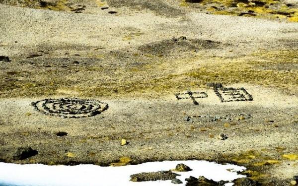 冰島景點遭中國觀光客用石頭排出「中國」兩字。(圖擷自《DV》)