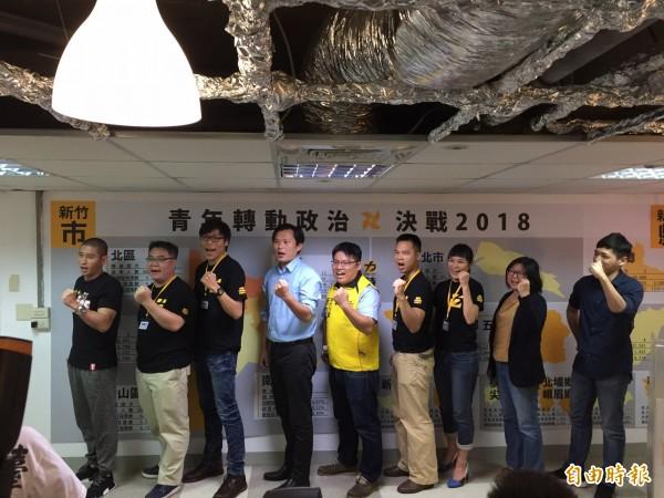 對於國民黨及民間團體的罷免聲浪,黃國昌(左4)表示「立場不會動搖」,更遠離選區到新竹參加時代力量黨週年活動,似乎老神在在。(記者王駿杰攝)