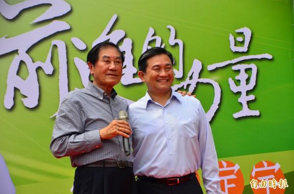 陳唐山(左)為王定宇站台,力挺參選市長。(記者吳俊鋒攝)