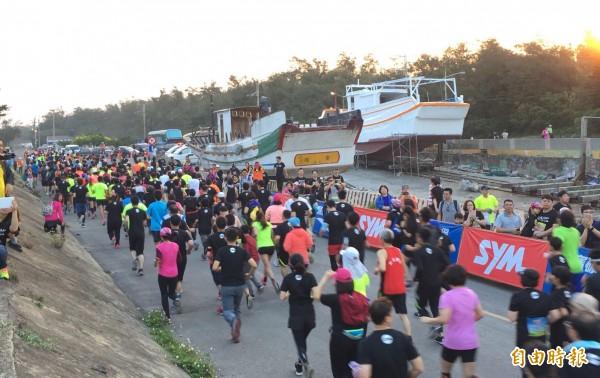 海風馬拉松,逾6000人跑步賞濱海美景。(記者李容萍攝)