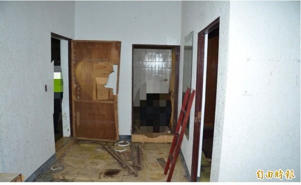 鬼故事夜遊團昨晚到頭城夜遊,在二樓發現屍。(記者簡惠茹攝)