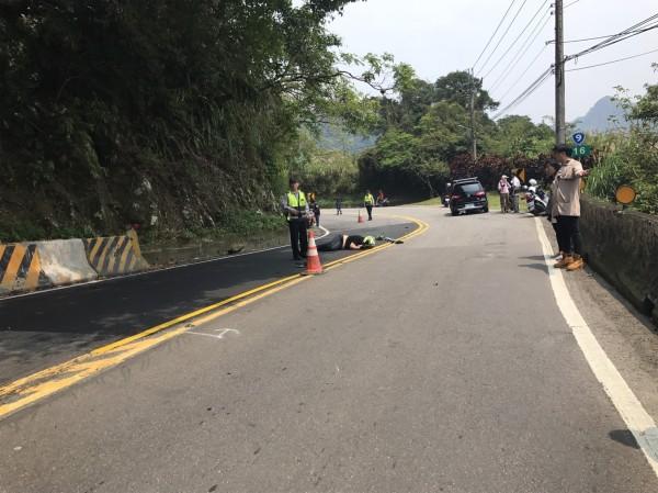 曹某倒在路中央,右方黑色休旅車為彭某所駕。(記者徐聖倫翻攝)
