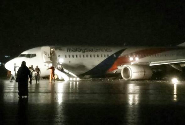 MH2718衝出跑道後,起落架已不見蹤影,逃生筏梯也已啟動,供乘客逃生。(圖擷自astroawani)