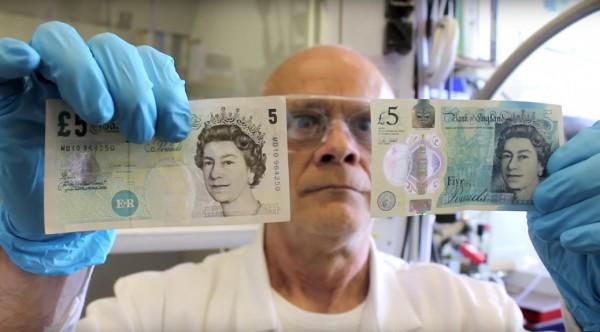 英國教授比較新舊5英鎊鈔票的耐用性。(圖擷自YouTube)