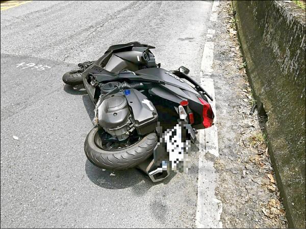 曹某所騎乘的機車倒在路邊。(記者徐聖倫翻攝)
