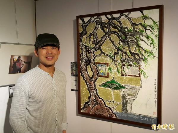 竹東高中美術教師張澤平把美術教室所在的那棟樓當成創作主題,這幅畫讓不少前往參觀的竹東高中學生覺得很有親切感。(記者蔡孟尚攝)