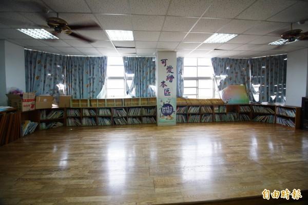 圖書室窗簾佈滿破洞、木地板左側蛀蝕塌陷。(記者何宗翰攝)