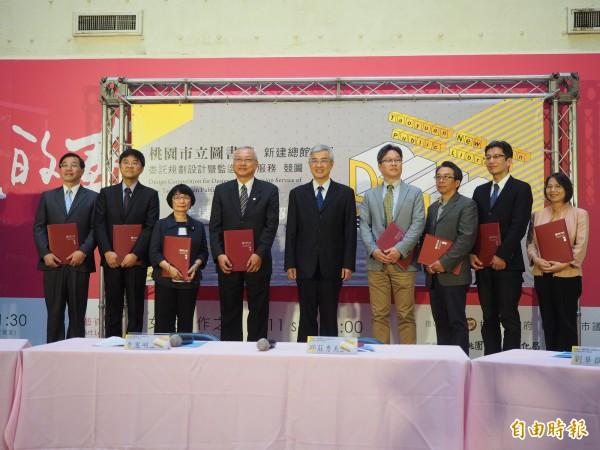 市府祕書長李憲明(中)頒發聘書給8名評委。(記者陳昀攝)