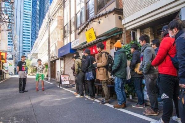 昆蟲套餐開賣當天,吸引不少民眾嘗鮮。(圖擷自每日新聞)