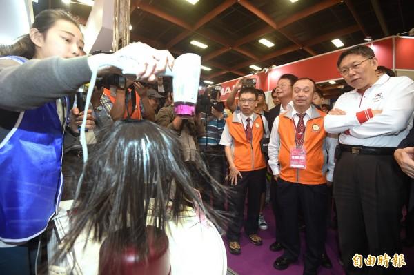 台北市長柯文哲(右一)10日出席第27屆台北電器空調3C影音展,參觀業者展出的各項精緻家電用品。(記者廖振輝攝)