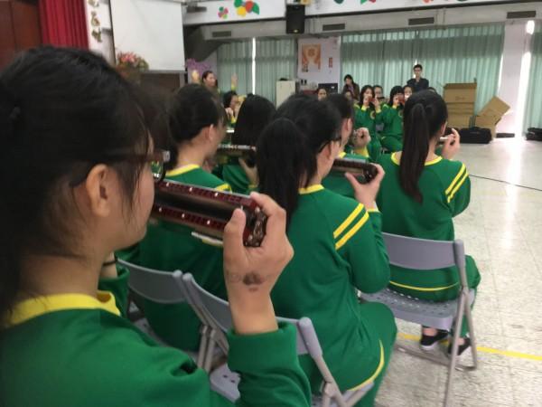 彰化少輔院口琴隊獲全國冠軍,卻拿寫著别校名字的奨杯。(記者顏宏駿翻攝)