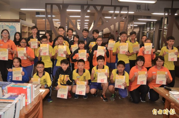大成國中推動閱讀力,每次段考後獎勵各年級借書最多的學生。(記者鄭淑婷攝)