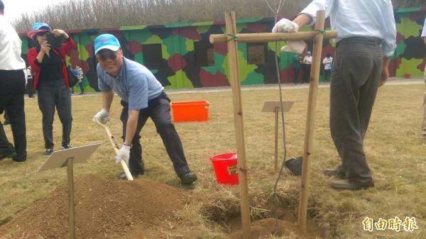 觀光局長周永暉在東昌營區種樹,建立低碳旅遊模範。(記者劉禹慶攝)