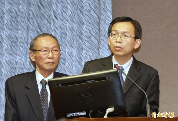 民航局長林國顯(右)12日赴立院報告並備詢,表示未來會將各公司機位超賣情況,訂在營運評鑑績效內。(記者張嘉明攝)