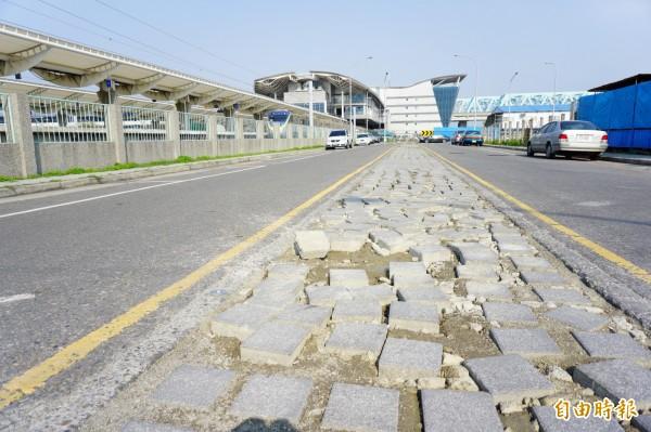 高鐵特定區道路設置有中央綠帶,鋪設植草磚。(記者何宗翰攝)