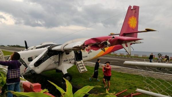 德安航空飛往台東蘭嶼客機,偏離跑道撞護欄,乘客驚魂。(民眾李雲山提供)