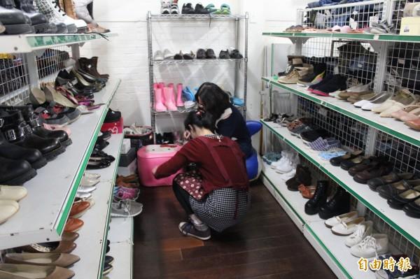 華光「捨得二手商店」內的鞋子主要來自善心製造商的捐贈,暫時不收二手鞋子。(記者黃美珠攝)