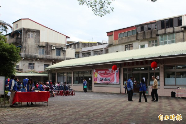 華光智能發展中心捨得二手商店今天重新開幕。(記者黃美珠攝)