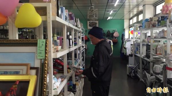 華光智能發展中心的捨得二手商店售價比一般市價便宜,是淘寶的好所在。(記者黃美珠攝)