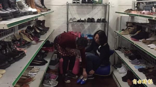 華光院生(左)經過訓練,獨自面對、服務捨得二手商店的客戶。(記者黃美珠攝)