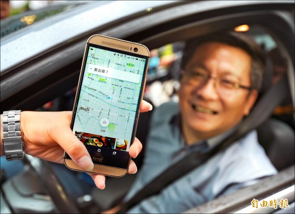 Uber昨正式宣告重返台灣,加盟司機胡先生開心上路。 (記者張嘉明攝)