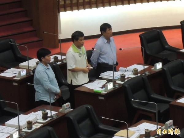 高市議員張漢忠(右起)、蕭永達、翁瑞珠強力批判日月光回饋沒誠意。(記者王榮祥攝)