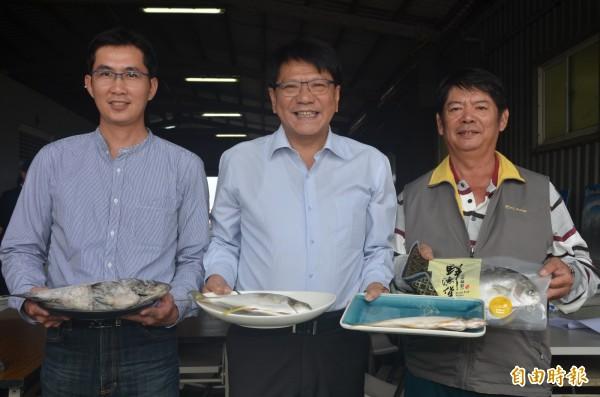 全國首張養殖水產保險出爐,讓屏東縣養殖漁民受到更大的保障。(記者葉永騫攝)
