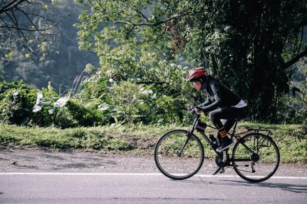 尹柔騎單車遭遇上坡,奮力不放棄。(陽光社福基金會提供)