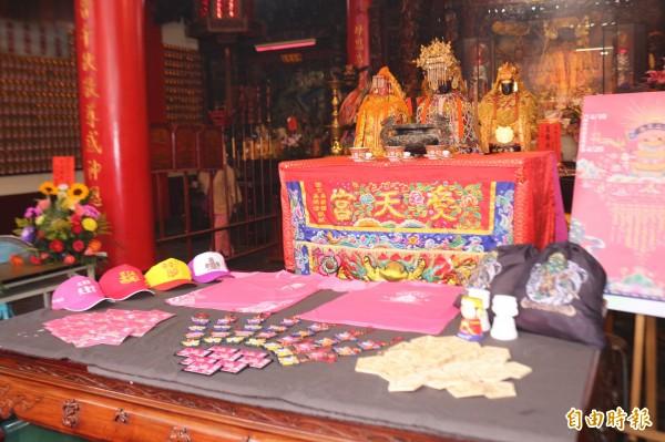 斗六市公所推出許多宗教文創品。(記者詹士弘攝)