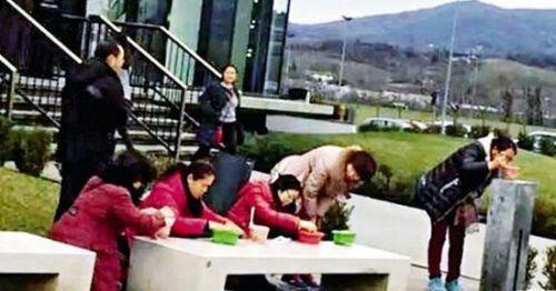 中媒日前有篇文章提出40個建議,傳授「怎樣裝得不像一個『中國遊客』」。圖為中客坐在精品店前吃泡麵。(資料照,圖擷取自騰訊網)