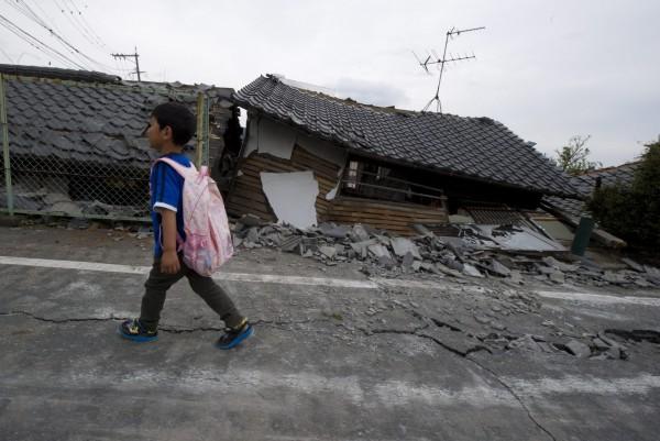 熊本縣政府透露,截止3月底為止,仍有4萬7725人在臨時安置房等處生活,至今仍無固定住房。(歐新社資料照)