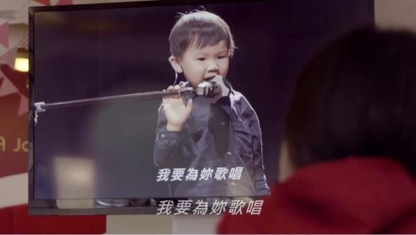 被檢查出是聽損兒的4歲小男孩柏霖,為給他母親一個驚喜,特地在私下練習後,一字一字的把心中的愛唱給媽媽聽。(圖擷自《Häagen-Dazs》臉書)