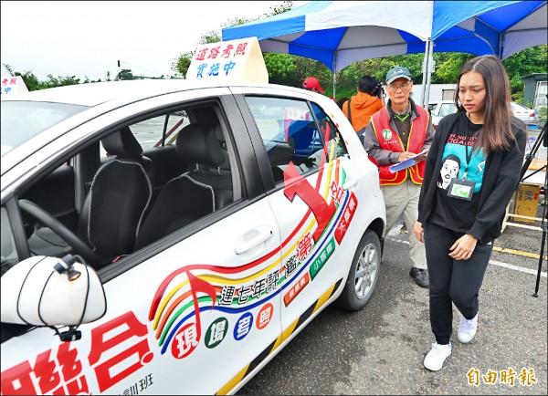 交通部宣布,5月起起汽車駕照考照將納入實際道路駕駛考驗。路考的評分標準包括上車前的檢查輪胎、胎紋等,2段式開門、檢查車內儀表板,也全都列入。(記者王藝菘攝)