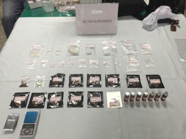 警方在王、李2嫌住處起獲的各式毒品。(記者徐聖倫翻攝)