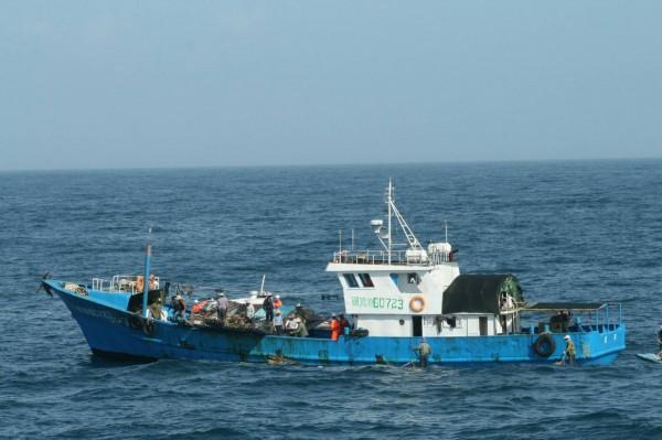越界中國閩紹漁漁船,數度蛇行繞圈逃避登檢,仍被澎湖海巡隊強靠控制。(記者劉禹慶攝)