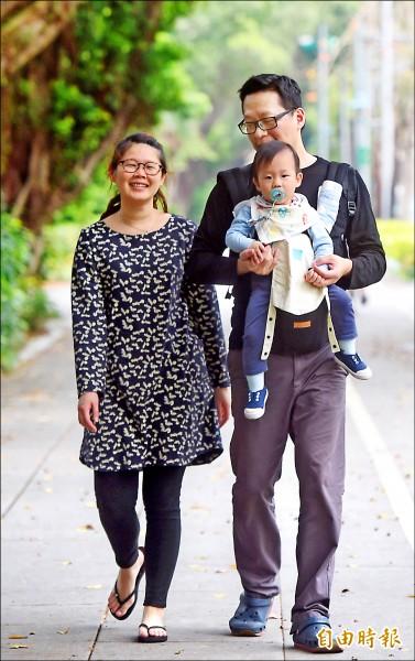 育兒開銷超大,年輕夫妻負擔重。(記者簡榮豐攝)